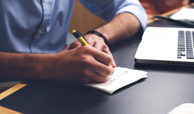 כותב ומתכנן לעצב גינה
